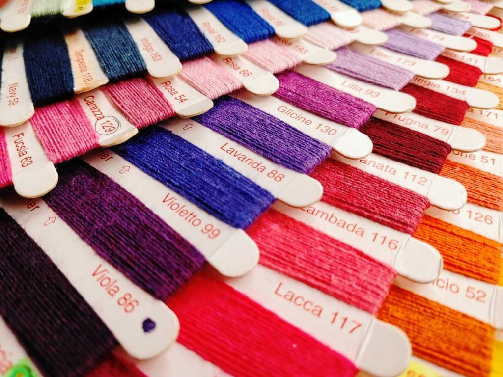 cartellini con campioni di filati di varie cromie per la produzione di tessuti colorati