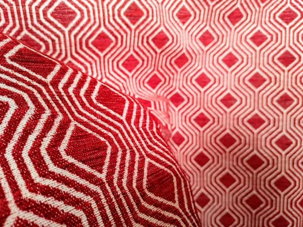 Tessuto per arredamento con pattern geometrico bianco su fondo rosso